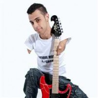 Jovem músico evangélico portador de necessidades especiais emociona público durante programa Astros, do SBT. Assista