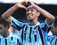 Souza, volante do Grêmio, conta que pretende virar pastor evangélico quando deixar o futebol