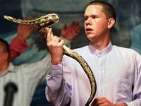 """Jovens pastores mantém tradição centenária dos """"manipuladores de serpentes"""" em cultos nos EUA"""