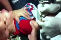 [Vídeo] Mãe leva bebê a estúdio e o força a ser tatuado com o 666