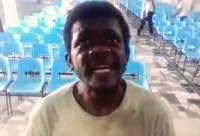 Vídeo com mendigo interpretando música gospel emociona e faz sucesso nas redes sociais. Assista