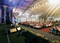 Revista Veja ataca evangélicos em matéria afirmando que pastores são mão de obra para arrecadar dinheiro