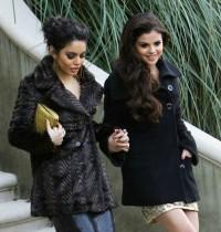 Atrizes Selena Gomez e Vanessa Hudgens estariam frequentando um grupo de estudos da Bíblia, diz revista