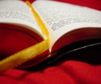 Menina asiática de 12 anos decora a Bíblia por temer que o livro seja proibido entre seu povo