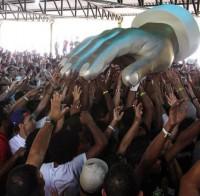 """Apóstolo Estevam usa """"mão gigante de Deus"""" em oração durante o carnaval"""