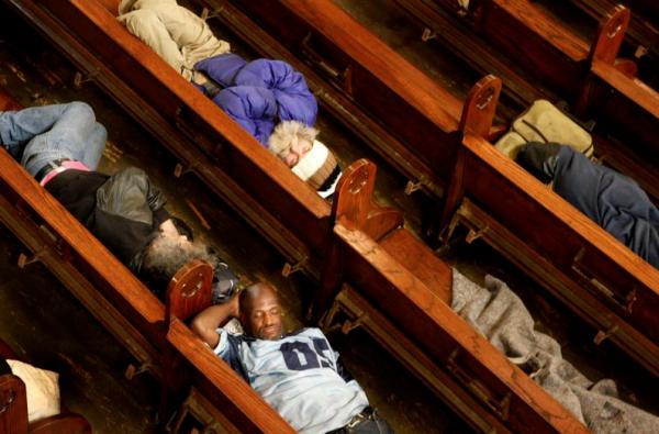 Moradores de rua dormindo nos bancos da igreja