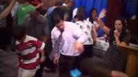 """Cair no Espírito: banda de rock lança clipe com imagens de cultos em que fiéis """"dançam"""" e causa polêmica. Assista"""