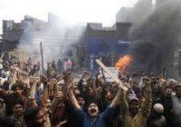 Multidão formada por radicais muçulmanos incendeia bairro cristão no Paquistão
