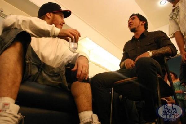 Chorão e Rodolfo Abrantes conversam durante evento da igreja Bola de Neve