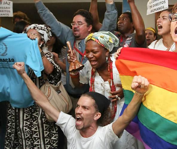 """Ativistas gays: """"Todos os evangélicos devem ser QUEIMADOS VIVOS em uma fogueira"""""""