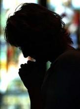 Mulher afirma que Deus a salvou de um assaltante dentro de sua casa enquanto orava