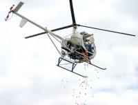 Igreja joga mais de 50.000 ovos de Páscoa para crianças usando um helicóptero