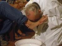 Papa Francisco vai lavar os pés de detentos em missa pré-Páscoa realizada em centro de detenção