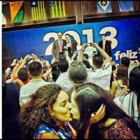 Ativistas gays invadem igreja evangélica e se beijam durante culto; Foto gera revolta no Facebook