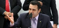 Pastor Marco Feliciano anuncia que só renuncia se mensaleiros do PT que estão em outra comissão renunciarem também; Reunião selou autorização para manifestantes voltarem às sessões