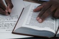 Após quatro anos, homem finaliza transcrição da Bíblia à mão e afirma ter se tornado mais amoroso e paciente
