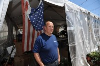 Homem que perdeu a casa durante o furacão Sandy mas conseguiu salvar a família, agradece a Deus cumprindo promessa de trabalhar por um ano em favor de necessitados