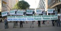 """Fiéis pedem libertação de Marcos Pereira durante a Marcha Para Jesus; Filha do pastor diz que acusações são """"armadilhas das trevas"""""""