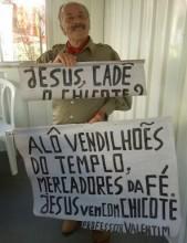 """Evangélico é preso por fazer protesto contra pastores durante o Gideões 2013: """"Jesus vem com chicote"""""""