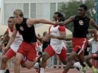 Equipe de atletismo vence prova mas é desqualificada por comemorar com gesto de agradecimento a Deus