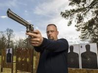 Pastor chama atenção por misturar lições sobre a Bíblia com aulas de tiro