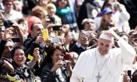"""Papa Francisco diz que sacrifício de Cristo redimiu até os ateus, e """"fazer o bem"""" promove cultura de paz"""