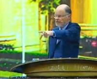 [Vídeo] Bispo Edir Macedo se irrita com celular ligado durante culto e amaldiçoa aparelhos; Assista