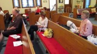 """Igreja permite entrada de cães em seus cultos e pastora afirma: """"Cachorros vão para o céu"""""""