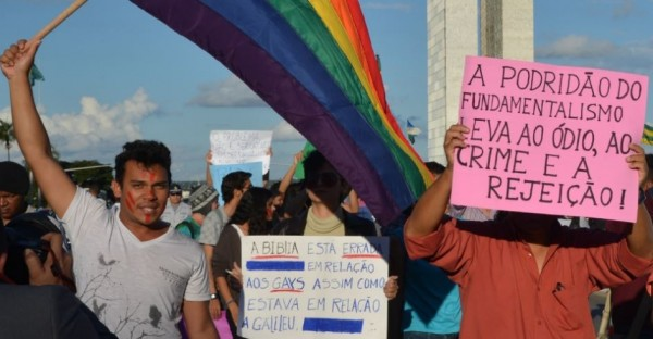 Ativistas do movimento gay marcam presença no evento