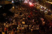 Durante protestos em São Paulo contra o aumento da passagem, feministas mostram os seios para pastores