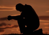 Pesquisa revela grupo de ateus e agnósticos que mantém uma rotina de orações diárias