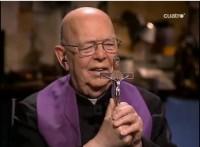 Padre exorcista pede que mais sacerdotes católicos sejam treinados pelo Vaticano para expulsar demônios