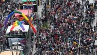 """Parada gay registra protestos contra o pastor Marco Feliciano e papa Francisco; """"Nós somos muitos e não somos fracos"""", diz Jean Wyllys"""