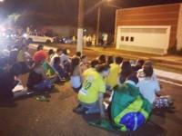 """Manifestantes protestam contra o projeto apelidado de """"cura gay"""" em frente à casa do pastor Marco Feliciano"""