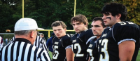 Jogadores de escola americana proibidos de orar após as partidas devido à reclamação de grupo ateu; Tradição durava 11 anos