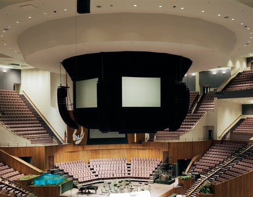 Mega Igrejas - Alta tecnologia e arquitetura semelhante a um ginásio foram destacadas por Johnson na foto da megaigreja em Louisville, Kentucky