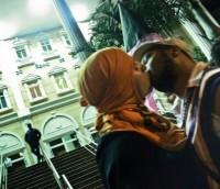 Ativistas fazem beijaço gay na porta da Igreja Universal durante culto