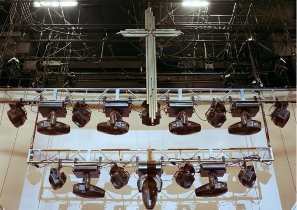 Alto investimento em equipamentos de iluminação fazem parte dos espetáculos apresentados por megaigrejas