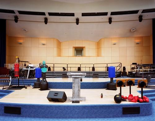 Mega Igrejas - Equipamentos de ginástica e boxe usados durante dinâmica, no altar da megaigreja de Maryland Springs, Montana