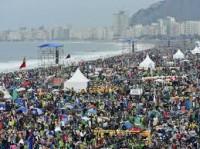 Estudo mostra diferença entre evangélicos que participam da Marcha para Jesus e católicos presentes na missa em Copacabana