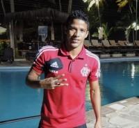 Nixon, do Flamengo, fala de sua relação com a fé e afirma querer seguir os passos de Kaká como um grande jogador evangélico