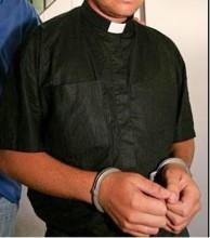 Padre é preso acusado de molestar sexualmente uma criança de 11 anos durante ritual da primeira eucaristia