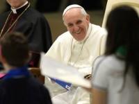 """Evangélica, mãe de menina beijada pelo papa Francisco na chegada para a JMJ diz ter se emocionado: """"Não sei explicar a sensação"""""""