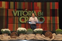 Fogo para o Brasil reúne milhares de fiéis em Recife; Pastor Silas Malafaia recebe presidenciável Eduardo Campos no congresso