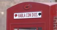 """Cidade ganha cabine telefônica para pedestres falarem com Deus """"sem intermediários"""""""