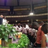 Um time inteiro de futebol americano se converte ao Evangelho após morte de colega durante partida