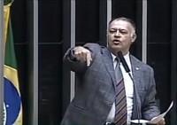 """Deputado Pastor Eurico rebate comparações de Jean Wyllys entre igrejas e narcotráfico: """"Deveria ter pudor e não falar dos cristãos com sua boca podre""""; Assista"""