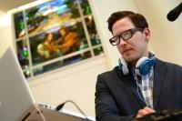 Igreja batista substitui grupo de louvor por um DJ durante culto