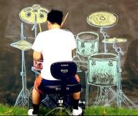 """Música gospel """"tocada"""" em bateria imaginária, desenhada com giz, se torna sucesso mundial no Youtube; Assista!"""