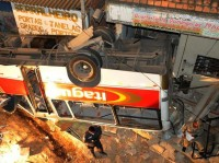 Ônibus cai de viaduto em cima de igreja evangélica momentos antes do horário do culto